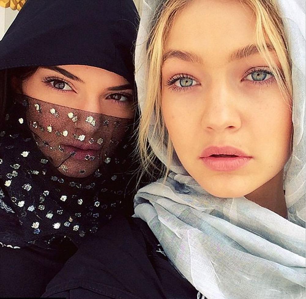 عارضتا أزياء الشهيرتان كيندال جينر وجيجي حديد يرتديات شالات خلال زيارتهما إلى الإمارات العربية المتحدة