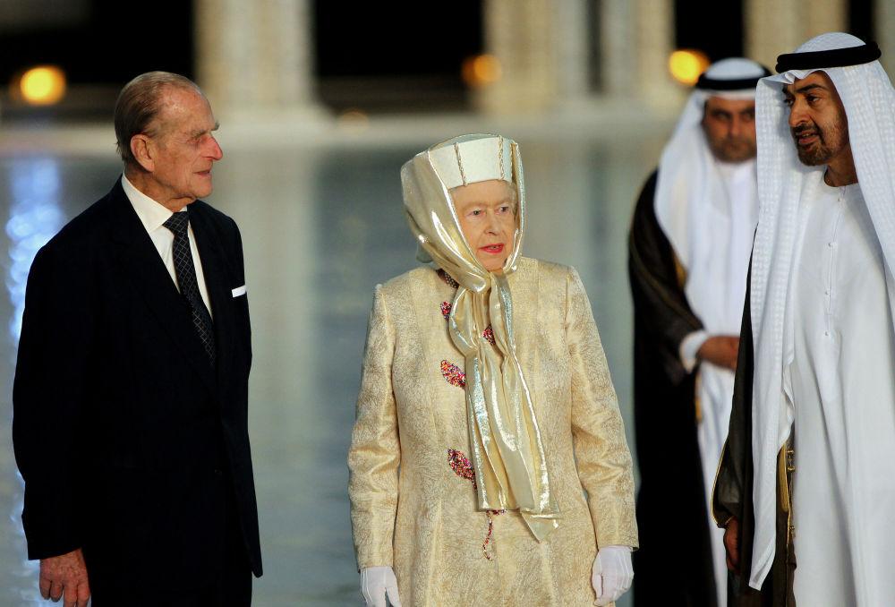 ملكة بريطانيا إليزابيث الثانية وزوجها الأمير فيليب يقفان مع ولي عهد أبوظبي الشيخ محمد بن زايد آل نهيان لدى وصولهما لمسجد الشيخ زايد الكبير في العاصمة الإماراتية في 24 نوفمبر/ تشرين الثاني 2010