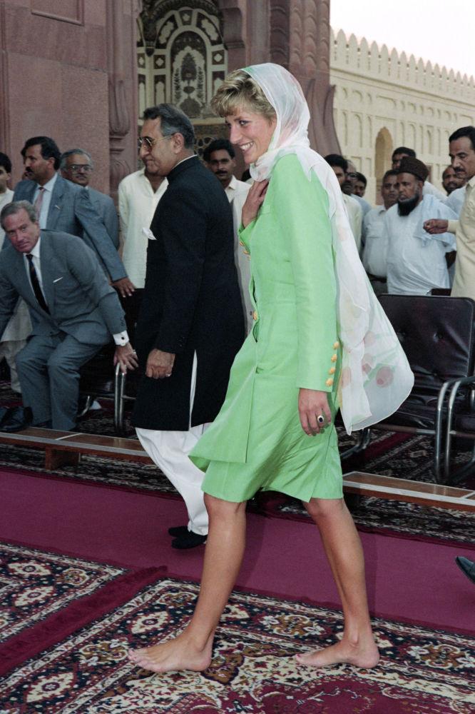 الأميرة الراحلة ديانا سبنسر، أميرة ويلز، خلال زيارتها إلى مسجد بادشاهي في باكستان، 27 سبتمبر/ أيلول 1991