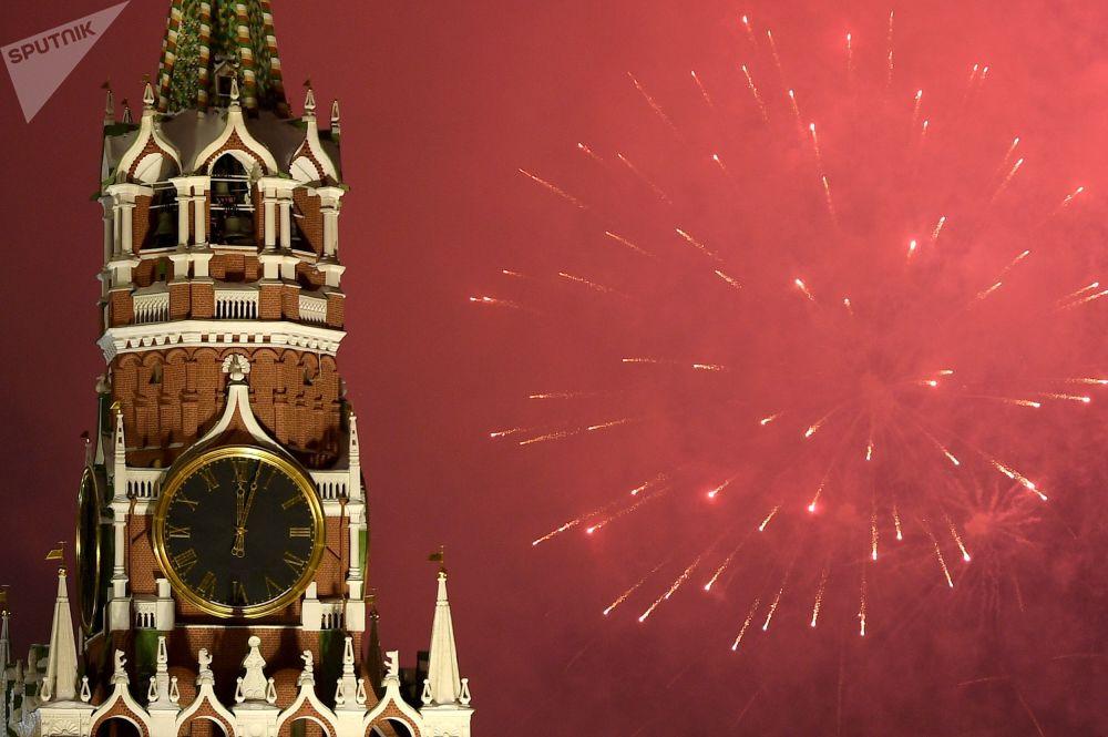الألعاب النارية بمناسبة رأس السنة الجديدة على الساحة الحمراء