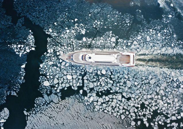 قارب سياحي على نهر موسكو
