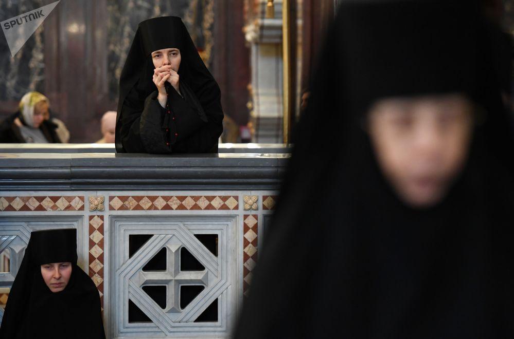 راهبات بعد القداس الإلهي، التي أقامها بطريرك موسكو وعموم روسيا كيريل في كاتدرائية المسيح المخلص في موسكو