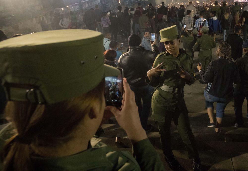 جنديتان كوبيتان تلتقطان صورة خلال مسيرة احتفالية بمناسبة مرور الذكرى الـ 166 لمولد الشاعر وبطل كوبا الوطني خوسيه مارتي، وللإشادة بالزعيم الثوري الراحل فيدل كاسترو في هافانا، كوبا، 28 يناير/ كانون 2019