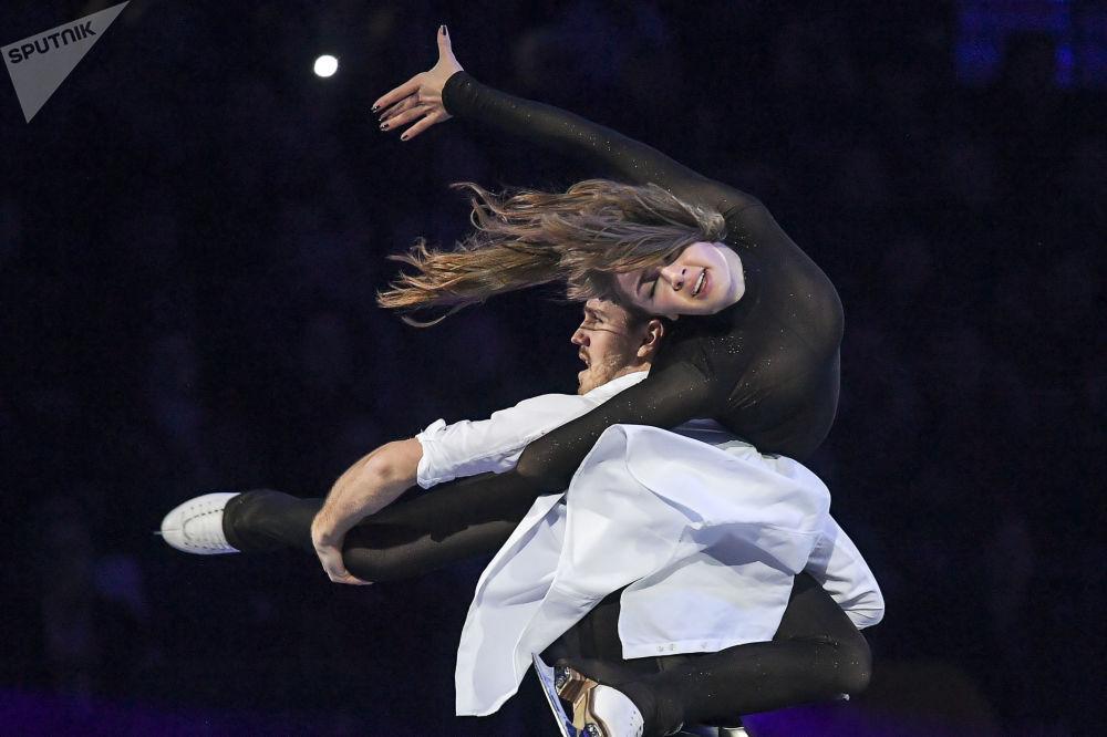 الرياضيان الروسيان ألكسندرا ستيبانوفا وإيفان بوكين خلال فقرة فنية في إطار بطولة أوروبا للتزلج الفني على الجليد في مينسك، بيلاروسيا