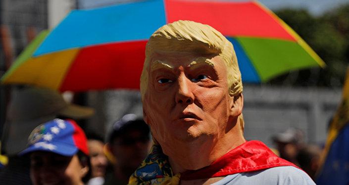 رجل يرتدي قناعا للرئيس الأمريكي دونالد ترامب في مظاهرة حاشدة ضد حكومة الرئيس الفنزويلي نيكولاس مادورو في كاراكاس