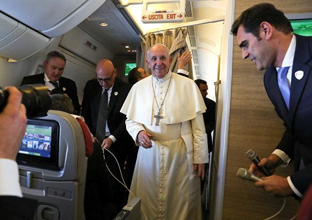 البابا فرانسيس على متن طائرة في طريقها إلى أبو ظبي