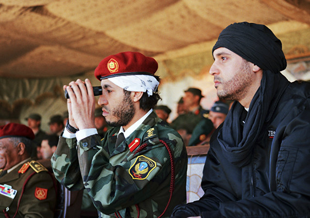 هانيبال القذافي، وأبناء الزعيم الليبي معمر القذافي، خلال حضورهم لعرض عسكري من قبل وحدة النخبة العسكرية بقيادة شقيقهم خميس، في زليتن - 140 كيلومترا جنوب شرق طرابلس، ليبيا 11 سبمتبر/ أيلول 2011