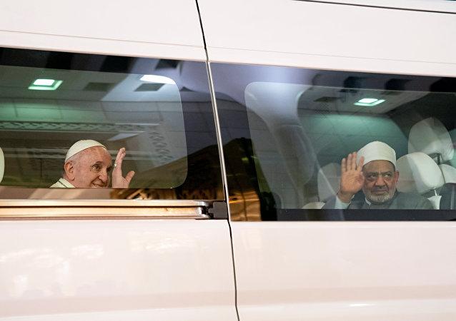 شيخ الأزهر وبابا الفاتيكا للمرة الأولى في التاريخ في بيت وسيارة واحدة بالإمارات
