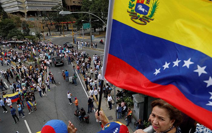المبعوث الأمريكي يصف فكرة تسليح المعارضة في فنزويلا بأنها شنيعة