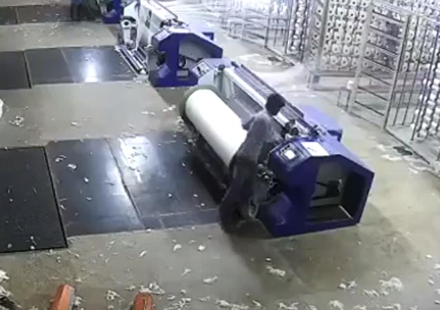 عامل يسقط داخل ماكينة أثناء عمله بسبب النوم