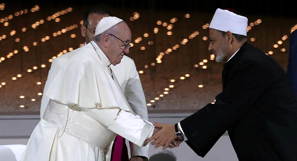 البابا فرنسيس يصافح الإمام الأكبر للشيخ أحمد الطيب خلال اجتماع بين الأديان في أبو ظبي