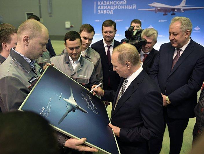 رئيس روسيا فلاديمير بوتين يوقع على صورة الطائرة القاذفة الجديدة تو-160إم