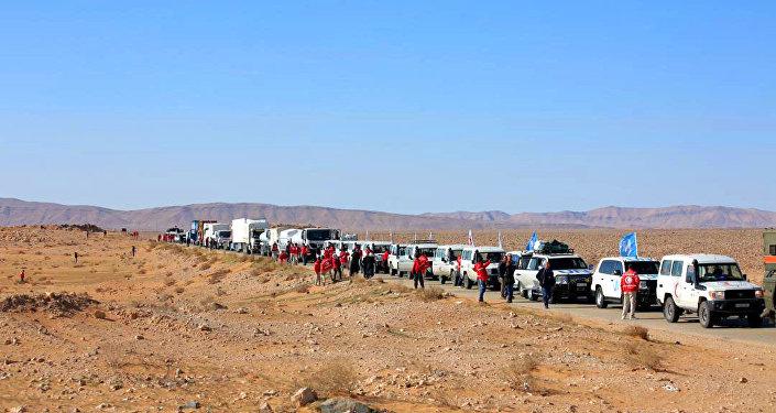 قافلة إنسانية ضخمة تخترق مناطق سيطرة الجيش الأمريكي نحو مخيم الركبان شرق سورية