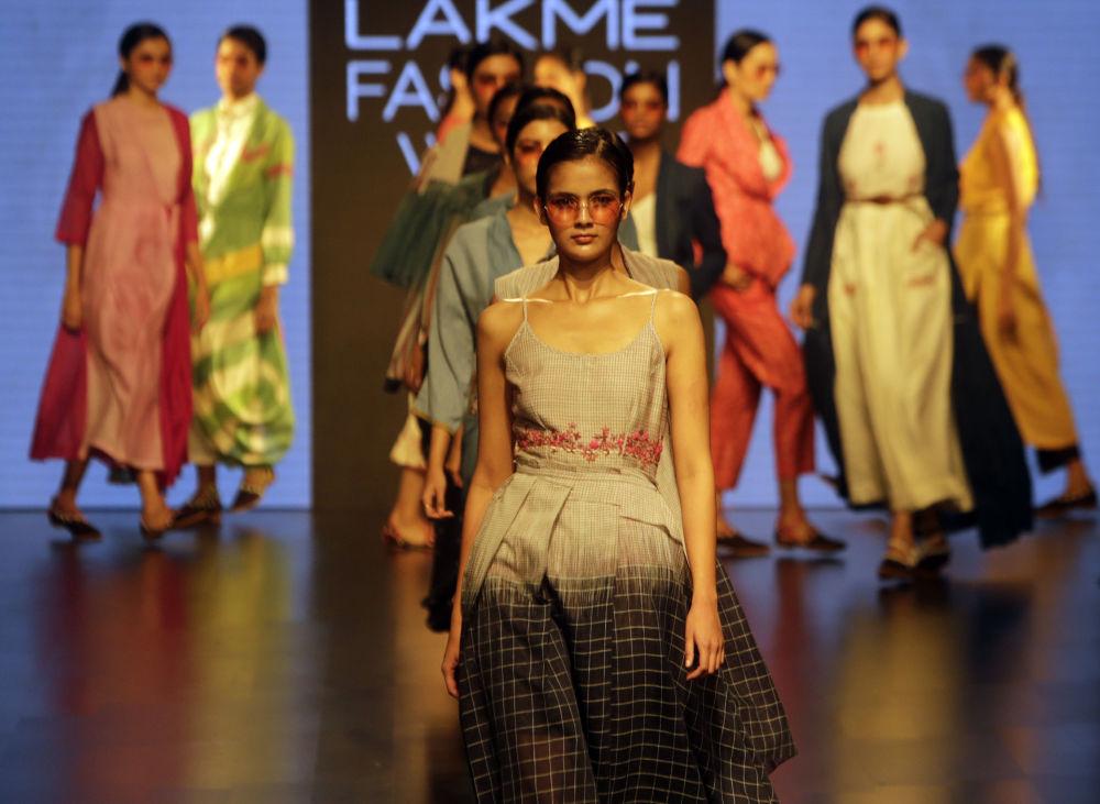 9f64ab735 عارضة أزياء تقدم مجموعة أزياء منتجع الصيف 2019، من تصميم (Rajdeep Ranawat)  في
