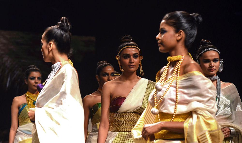 عارضة أزياء تقدم مجموعة أزياء منتجع الصيف 2019، من تصميم (Anka) في إطار أسبوع الموضة في مومباي، الهند  31 يناير/ كانون الثاني 2019