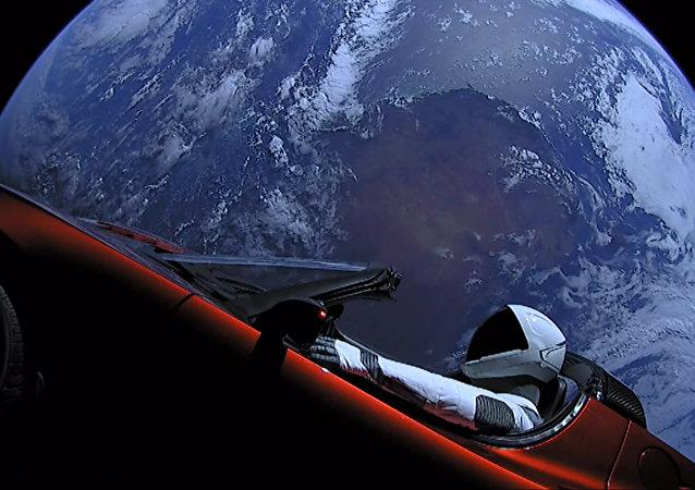 صاروخ ناقل فالكون هيفي (Falcon Heavy) من شركة سبيس إكس (SpaceX ) ينطلق بنجاح  ويخرج سيارة تسلا (Tesla Roadster) إلى الفضاء