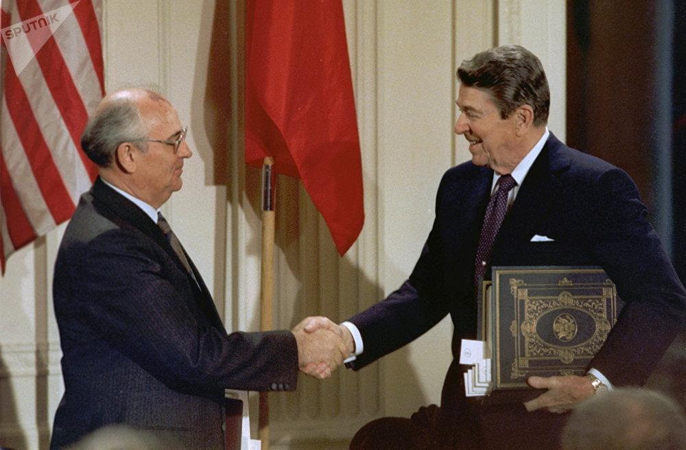 الرئيس الأمريكي رونالد ريغان والزعيم السوفياتي ميخائيل غورباتشوف يتصافحان بعد توقيع معاهدة الحد من الصواريخ المتوسطة والقصيرة المدى، واشنطن (7-10) عام 1987