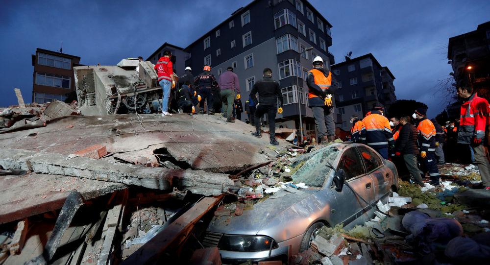 طواقم الانقاذ في موقع انهيار مبنى سكني في حي كارتال في اسطنبول، تركيا 6 فبراير/ شباط 2019