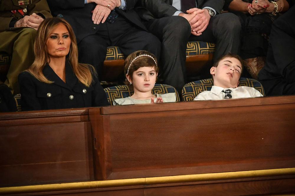 السيدة الأولى الأمريكية ميلانيا ترامب، برفقة الطفلين غرايس إلين وجوشوا ترامب، وهما ضيفان خاصان للرئيس دونالد ترامب، خلال جلسة حالة الاتحاد في الكابيتول الأمريكي، 5 فبراير/ شباط 2019