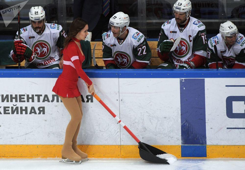 فتاة من فرقة التجشيع أثناء مباراة بطولة القارة لدوري الهوكي سبارتاك (موسكو) وأك بارس (قازان)
