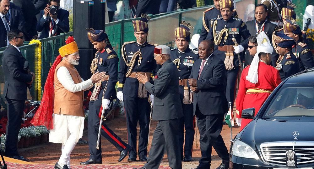 رئيس الوزراء الهندي مودى يحيي رئيس الهند كوفيند ورئيس جنوب أفريقيا رامافوسا قبل بدء عرض عيد الجمهورية في نيودلهي