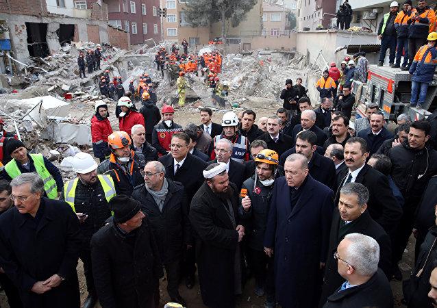 الرئيس التركي أردوغان يزور موقع مبنى سكني منهار في اسطنبول