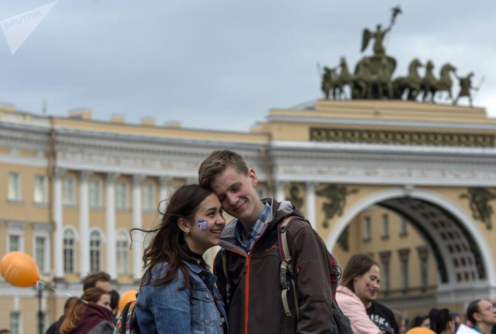 شخصان في ساحة دفورتسوفايا بلوشياد في سان بطرسبورغ