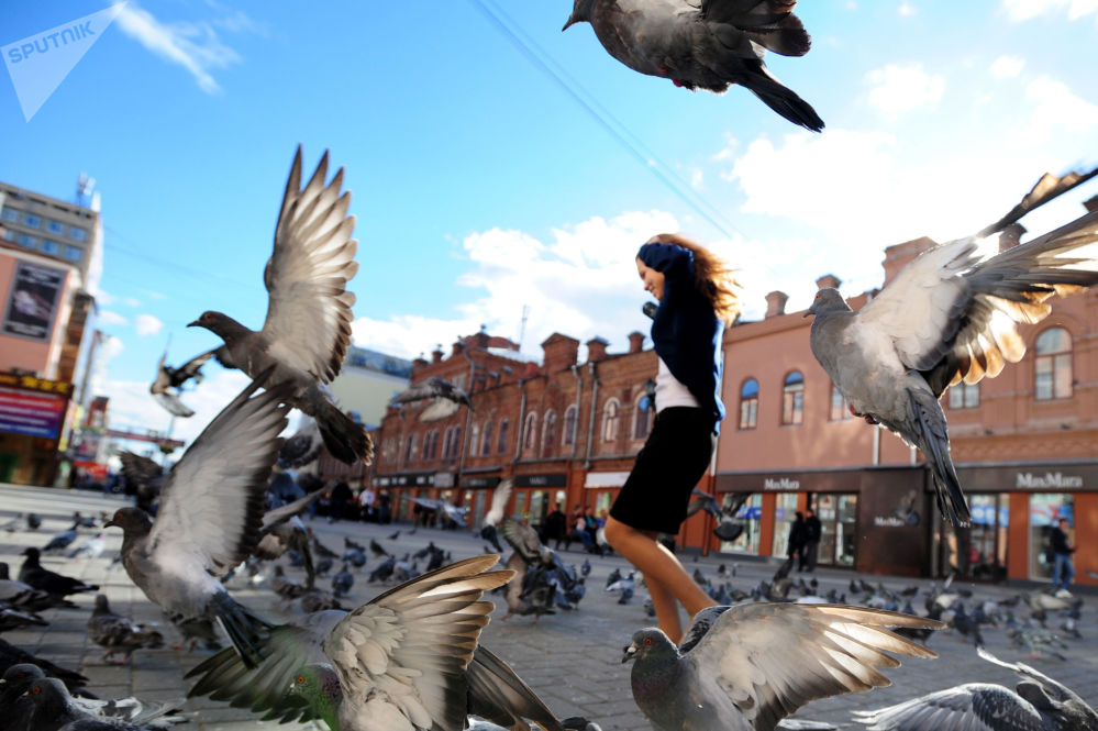 فتاة في شارع فاينير وسط مدينة يكاترينبورغ