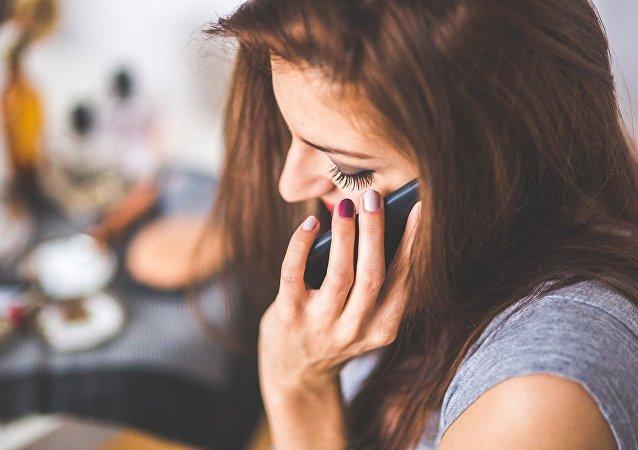 فتاة تتكلم على الهاتف المحمول