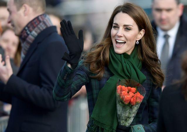 الأميرة كيت ميدلتون، دوقة كامبريدج، تحي الجمهور لدة افتتاح متحف داندي، شرق اسكتلندا، 29 يناير/ كانون الثاني 2019