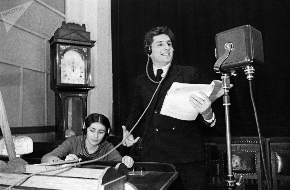 مذيع راديو كومنترن يهنئ بمناسبة حلول رأس السنة 1939 على الراديو في موسكو