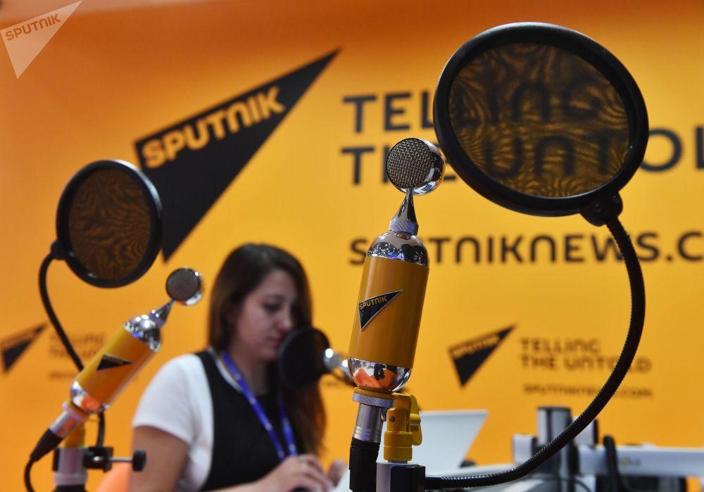الطوبوغرافيون، المشاركون في بناء محطة كابتشاي الكهرومائية، يستمعون إلى الراديو خلال فترة استراحتهم