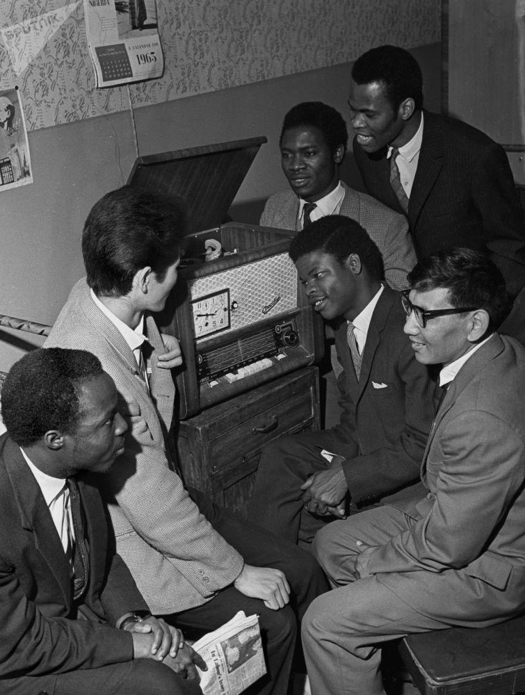 طلاب أجانب يستمعون إلى الراديو في جامعة الصداقة في موسكو