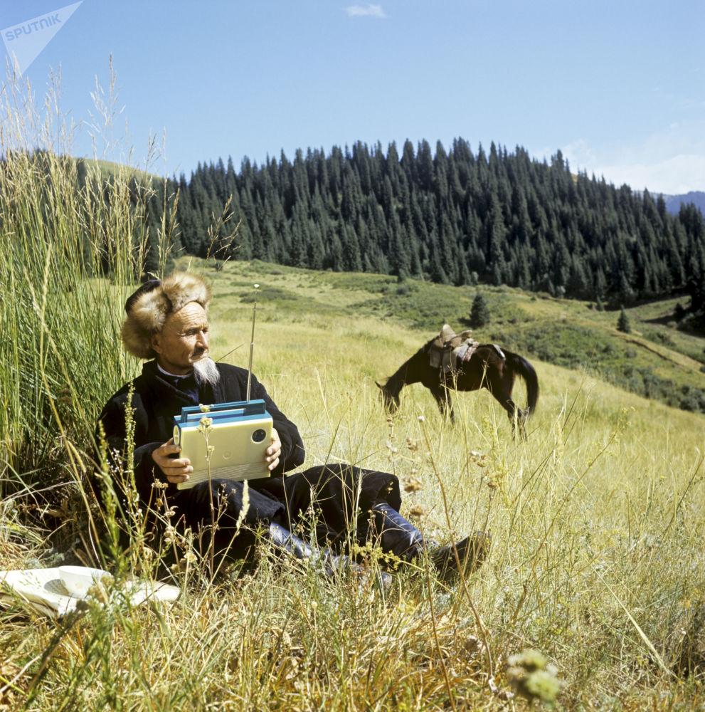 رجل يستمع إلى المذياع في جبال زايلسكي ألتاي