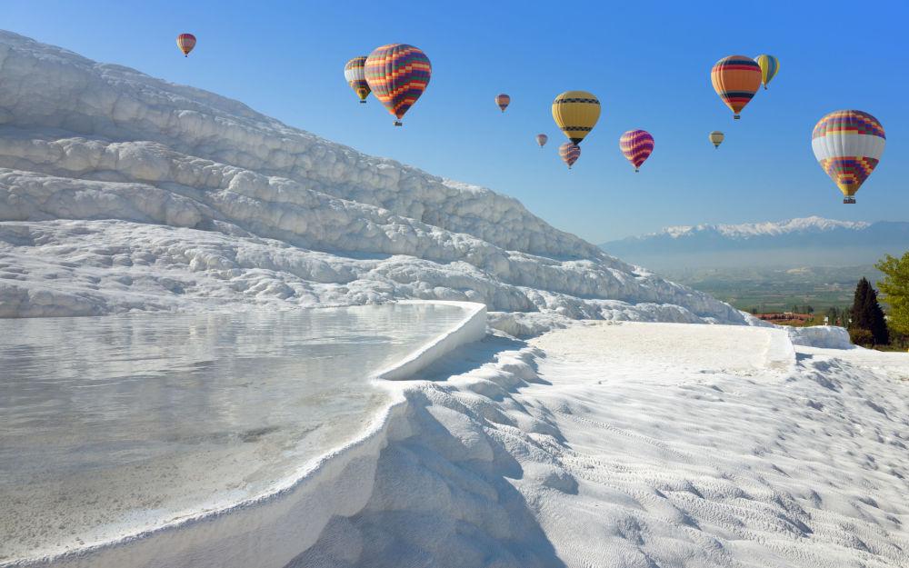 مناطيد هوائية وينابيع حرارية في باموق قلعة (باموكال)، تركيا