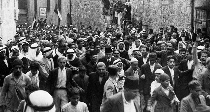 صورة مؤرخة قبل عام 1937 خلال الانتداب البريطاني في فلسطين تظهر العرب يتظاهرون في القدس القديمة ضد الهجرة اليهودية إلى فلسطين ويمكن رؤية جمال الحسيني رئيس الحزب العربي الفلسطيني