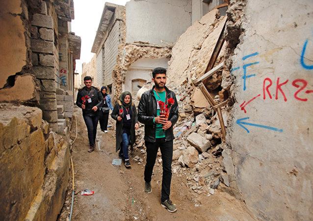 أعضاء مجموعة الناشطين المدنيين يوزعون الأزهار في يوم عيد الحب في الموصل