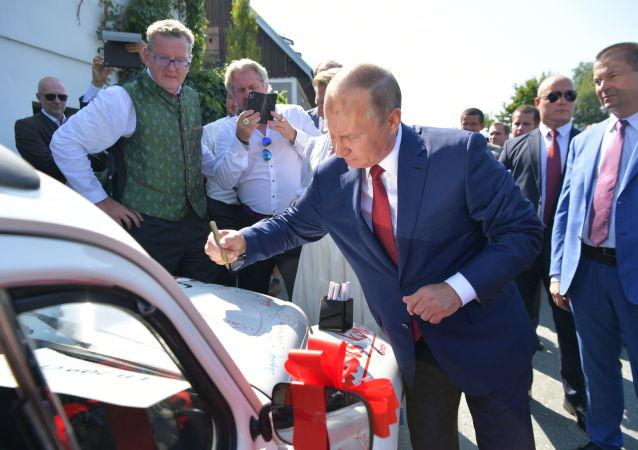 الرئيس الروسي في حفل زفاف رئيسة وزراء النمسا، حيث قام بالتوقيع على سيارتها