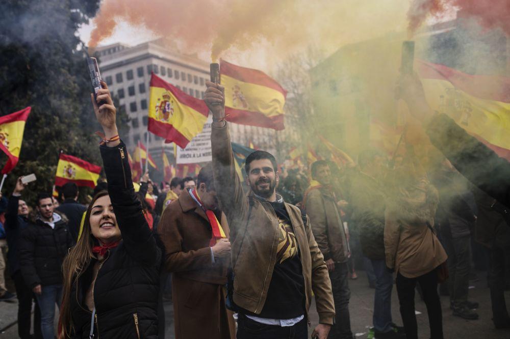 المشاركون في مسيرة لدعم وحدة إسبانيا في ساحة كولومبس في مدريد، فبراير/ شباط 2019 وتم تنظيم هذه الفعالية من قبل الحزب الشعبي مواطنون وحزب فوكس (VOX )، في أعقاب الاستياء الجماعي من الحوار السياسي مع حكومة كتلونيا.