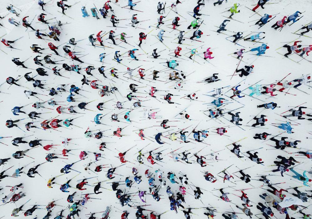 المشاركون في سباق التزلج الجماعي في روسيا ليجنيا روسيي - 2019 في مدينة خيمكي بضواحي موسكو