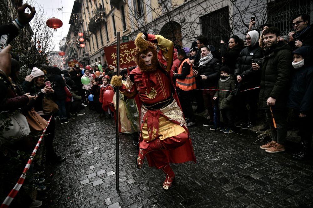 احتفالات الجالية الصينية بالسنة الصينية الجديدة،عام الخنزير، مع العرض التقليدي في طريق باولو ساربي في ميلانو، في 10 فبراير/ شباط 2019