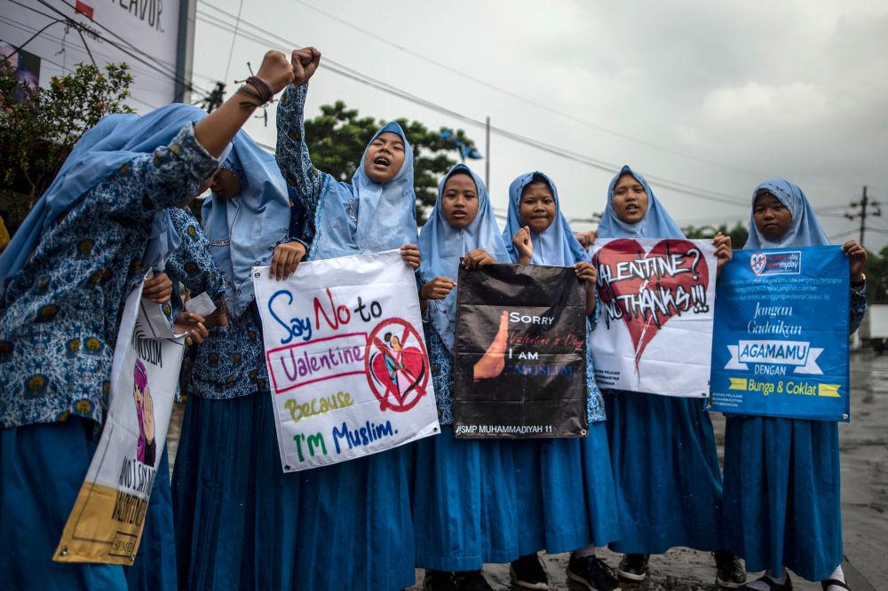 طلاب مسلمون إندونيسيون في مسيرة ضد الاحتفال بيوم الفالنتاين (عيد الحب) في مدينة سورابايا، 14 فبراير/ شباط 2019