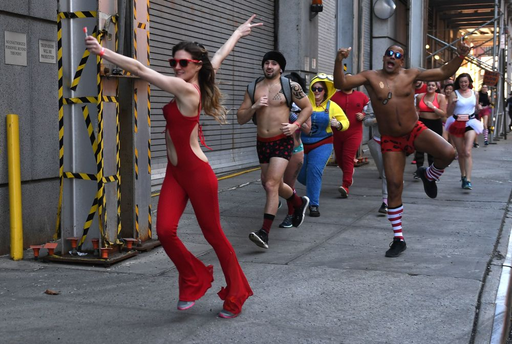 أشخاص يركضون في الشوارع باتجاه الطريق السريع  حيث يشاركون في نيويورك، 9 فبراير/ شباط 2019 - حيث يقطع المشاركون مسافة ميل واحد في ملابسهم الداخلية للمساعدة في العثور على علاج لورام ليفي عصبي (Neurofibromatosis)