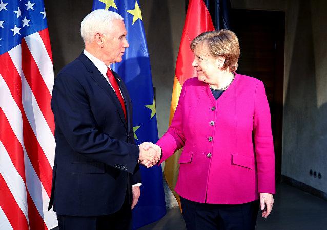 بنس وميركل في مؤتمر ميونخ