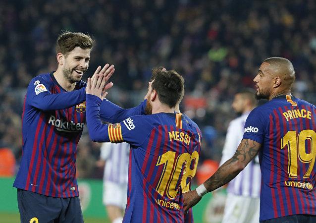 لاعبو برشلونة يحتفلون بتسجيل هدف