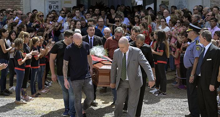 دفن اللاعب الأرجنتين سالا