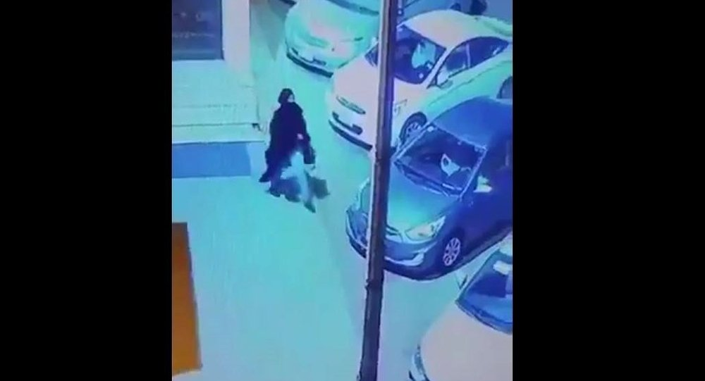 امرأة تترك رضيع أمام مسجد