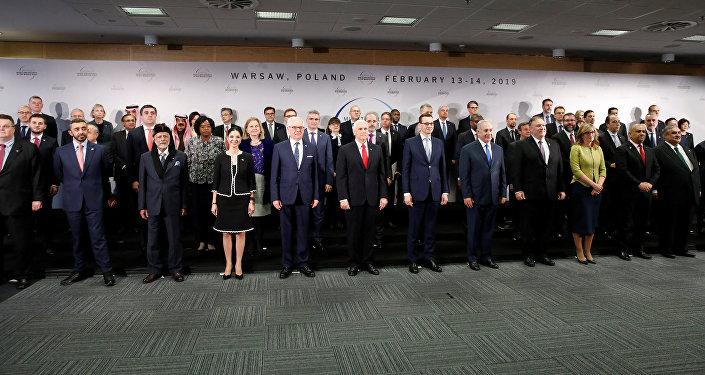 صورة جماعية للمشاركين في مؤتمر وارسو