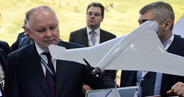 المدير العام لشركة روس أبورون إكسبورت ألكسندر ميخييف يطلع على الطائرة المسيرة كوب