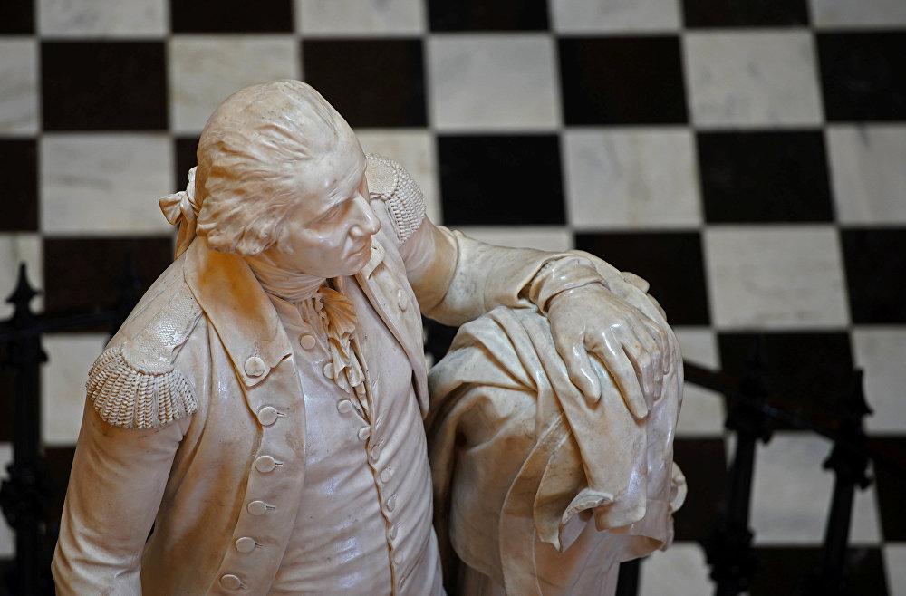 تمثال لجورج واشنطن في مبنى الكابيتول بولاية فرجينيا